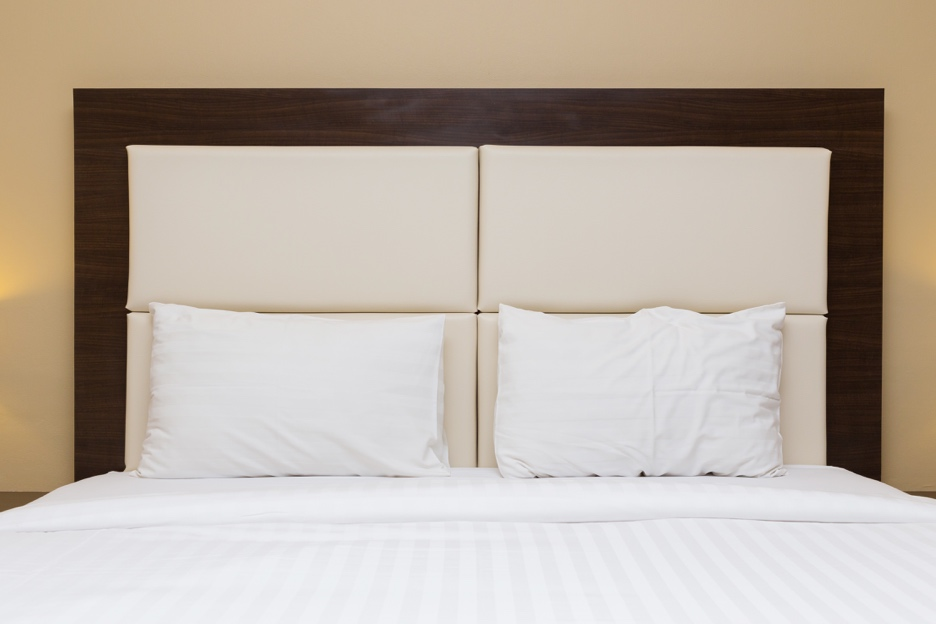 tête de lit en bois et molleton